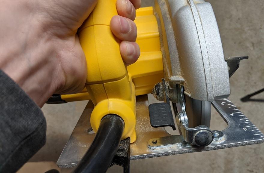 circular saw height adjusting